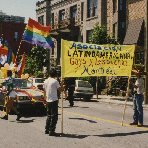 Asociación latinoamericana gays y lesbianas Montréal. Fête des Gais, Avenue Mont-Royal.1er août 1993. Crédit Photo : Michel Bazinet. Collection des Archives gaies du Québec.