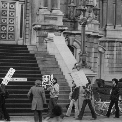 Protest in front of Montréal's City Hall, calling for the release of those arrested in the Truxx raid. Photo credit: Unknown photographer. 8 November 1979. AGQ- F-0017/s11-01-1979. Fonds Association pour les droits des gai(e)s du Québec (ADGQ). Collection of the Archives gaies du Québec.