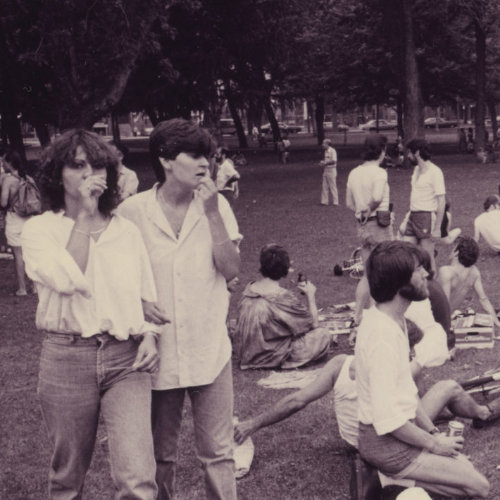 Photo of people sitting in small groups discussing and picnicking at Parc La Fontaine during one of the first gay marches in Montreal. 1979. Crédit photo : Denis Plain. Fonds Denis Plain AGQ-F0142. Collection des Archives gaies du Québec.