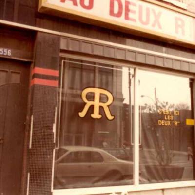 Extérieur du Au deux R. Crédit photo : Michel Turgeon. 1984. AGQ-F0187/S6/SS1/D1. Fonds Association des bonnes gens sourds. Collection des Archives gaies du Québec.